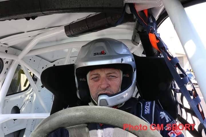 Hervé au volant de la voiture de course